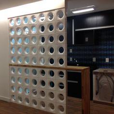 Cobogós dividem o ambiente entre cozinha e sala neste projeto By Neo Arq SP 2014