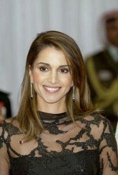 Beautiful Queen Rania of Jordan. Lovely pretty stylish and Queen of hearts King Abdullah, Queen Rania, Her Majesty The Queen, Queen Of Hearts, Royalty, Inspirational Thoughts, Stylish, Pretty, Image
