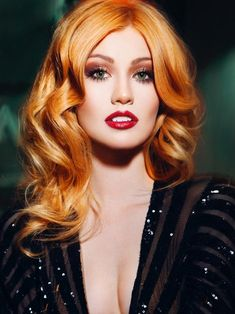 ▷ 1001 + Frisuren und Stylings für Kupfer Haarfarbe Katherine McNamara hair color, wavy hair with center parting, red lipstick and smokey eyes, black dress with sequins Katherine Mcnamara, Gorgeous Redhead, Copper Hair, Redhead Girl, Strawberry Blonde, Ginger Hair, Redheads, Hair Inspiration, Hair Makeup