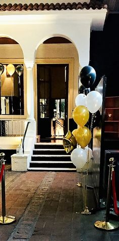 "Decoración con globos blancos, dorados y negros. Temática ""Noche de Gala Dorada"" Evento empresarial Nail Spa, I Party, Ideas Para, Shower, Black And White, Projects, Events, White Decor, Rain Shower Heads"
