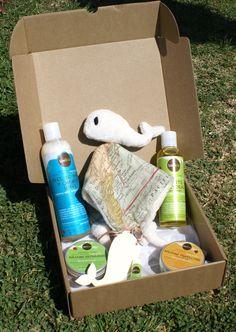 MODELO MAPA MUNDI -->Todo lo necesario para el cuidado del bebé del modo más natural.Productos de cosmética 100% naturales. --- Champú y gel de baño suave, aceite corporal, bálsamo de carita y labios, bálsamo protector y bálsamo reparador para el culito. Incluye un doudou (mantita de apego) de elaboración artesanal.