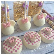Mia's First Birthday #minniemouse #mayrascakepops #mydulcedelights #firstbirthday #girlbirthday #girly #yellow #customsweets #customcookies… Minnie Mouse Cake Pops, Minnie Mouse Theme Party, Minnie Birthday, Chocolate Covered Treats, Chocolate Dipped Oreos, Oreo Treats, Oreo Cookies, Paletas Chocolate, Pink Cake Pops