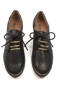 Loving the pop of gold deataling on these Martin Oxfords, perfect for a simple fashion statement.