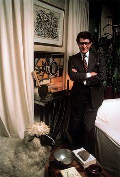 * Yves Saint Laurent dans sa bibliothèque au 55, rue de Babylone Paris 1983 photo Bruno Barbey