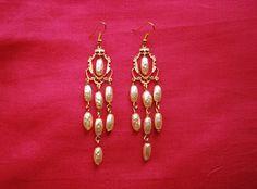 """Boucles d'oreille """"pluie"""" : estampes métal couleur doré perles en verre tchèque nacrées forme grain de riz attaches : Boucles d'oreille par lericheattirail"""