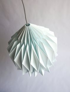 || DORIS || Pantalla de papel, inspiración origami ||  Doris es una bonita pantalla de papel hecha a mano, que ofrece una versión estilizada de las pantallas tradicionales gracias a la técnica del origami. Un nuevo toque design minimalista en tu casa! *** Colores de los modelos presentados en las fotos : Blanco y Azul Menta ***  LIGHT ON : Con solo la luz ambiental de tu cuarto el juego de sombras revela las lineas puras y la complejidad del volumen creado por el simple papel doblado. La…