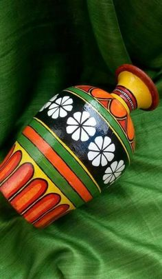 8 Persevering Cool Tips: Vases Ideas Tin Cans ceramic vases shape.Old Vases Flower Pots concrete floor vases. Pottery Painting Designs, Pottery Designs, Paint Designs, Glass Painting Designs, Bottle Painting, Bottle Art, Bottle Crafts, Jar Crafts, Painted Flower Pots