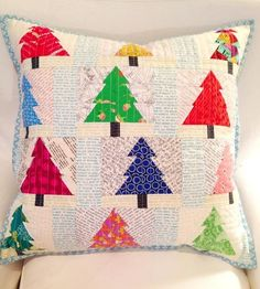 5 Festive Christmas Pillow Shams Cover up that plain pillow, because it's time to celebrate the holiday season! From modern Santa-inspired patchwork to appliquéd snowflakes and paper-pieced reindeer, these fabulous pillow sham patterns will put you in the Christmas Tree Quilt Block, Christmas Patchwork, Christmas Pillow, Christmas Quilting, Christmas Cushions To Make, Diy Craft Projects, Christmas Sewing Projects, Christmas Crafts, Christmas Trees