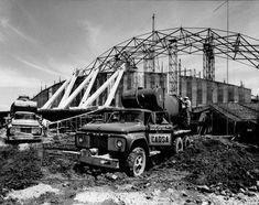 La construcción del Palacio de los Deportes, en la Ciudad Deportiva de la Magdalena Mixiuhca, a finales de los sesenta. Esta moderna obra fue diseñada por Félix Candela, Antonio Peyri y Enrique Castañeda Tamborrel, y albergó las competencias de basquetbol durante los Juegos Olímpicos de 1968.