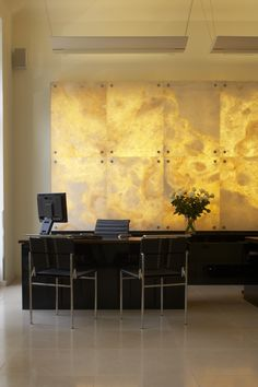 Tips for using Art Deco in a contemporary interior with examples of how to create beautiful rooms and houses. Hotel Reception, Reception Design, Marble Interior, Contemporary Interior, Faux Stone Panels, Onyx Marble, Granite Backsplash, Interior Architecture, Interior Design