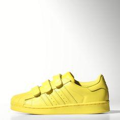 21ca9c3493625 Deze uitzonderlijk gekleurde Superstar kinderschoenen komen voort uit de  samenwerking tussen adidas Originals en Pharrell Williams