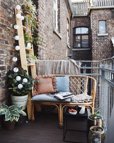 DIY plant ladder for the small city balcony - Terrasse, Balkon & Garten Small Balcony Decor, Balcony Plants, Balcony Garden, Outdoor Retreat, Outdoor Spaces, Outdoor Living, Outdoor Decor, Plant Ladder, Balkon Design