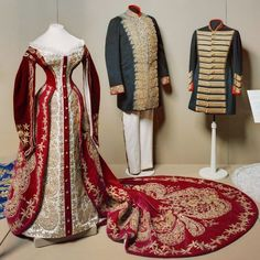 Red Russian court dress dress of Empress Maria Fyodorovna Court Attire, Hollywood Costume, Court Dresses, Edwardian Dress, Period Outfit, Imperial Russia, Russian Fashion, Historical Clothing, Fashion History