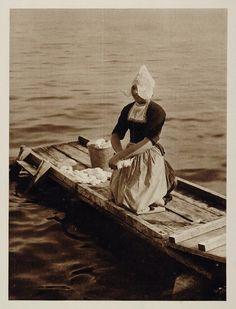 c1930 Dutch Woman Laundry Zuiderzee Volendam Holland - ORIGINAL PHOTOGRAVURE #NoordHolland #Volendam