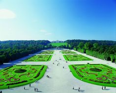 The Grand Parterre in Schönbrunn shows the Baroque art of horticulture in the Schönbrunn Palace Park in its most beautiful facets. Amsterdam, Carcassonne, Palace Garden, Things To Know, Austria, Stuff To Do, Golf Courses, Beautiful Pictures, Images