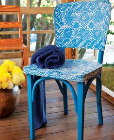 Cadeira renovada com tinta e stencil de renda
