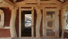 작지만 대대로 물려주고싶은 10평 한옥형 황토집 한옥풍의 10평형 소형황토방 짓는 과정입니다굽은 소나무를 그대로 사용하여 자연미를 최대한 살리는데 주안점을 뒀다고 하는군요 마무리 작업이 거의 완료된 모습-주변지형과 잘어울린다 ..