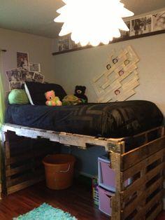 llit amb espai per a jocs