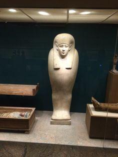 Estatua egipcia en piedra blanca.