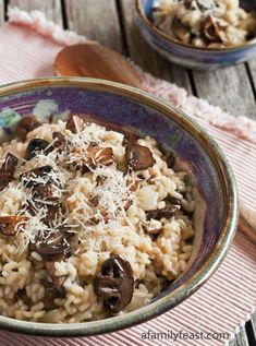 Mushroom Risotto - Creamy and cheesy Arborio rice risotto with plump, tender sauteed mushrooms. I make this for my husband anytime he wants comfort food! I Love Food, Good Food, Yummy Food, Risotto Receita, Vegetarian Recipes, Cooking Recipes, Mushroom Risotto, Risotto Recipes, Gouda