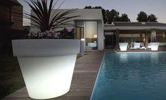 Dale luz a tu hogar con las macetas led de Vondom  #decoración #iluminación #jardinería