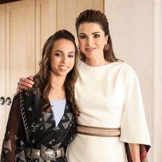 خلال الاحتفال بعيد استقلال الأردن الـ71، ظهرت الملكة رانيا في قصر رغدان في عمّان مع ابنتها الأميرة سلمى في تصميمين شرقيّين يحاكيان أجواء المناسبة