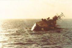El destructor tipo 42 HMS Coventry se hunde definitivamente, frente a algunas balsas.Guerra de Malvinas 1982