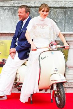 Молодожены Гай Ритчи и Джеки Эйнсли на премьере фильма «Агенты А.Н.К.Л» | Красота Инфо
