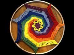 Diese Regenbogenspirale kannst Du auch zu einem Traumfänger umarbeiten oder einfach nur so als Wanddeco oder als Fensterschmuck benutzen. Eine Spirale aus 7 Farben zu häkeln ist deshalb etwas tricky, weil Du alle 7 Fäden gleichzeitig an Deiner Arbeit h