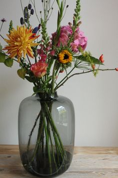 Mooi design deze vaas van rookglas. Koop 10 verschillende bloemen en dan krijg je dit.