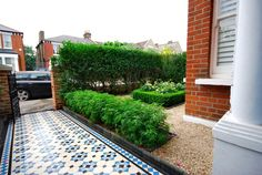 Elms Front Garden - Really Nice Gardens. The path is lined with a low, scented flowering hedge with the centre piece being a box parterre filled with roses. Garden S, Balcony Garden, Small Garden Bench, Flower Hedge, Cast Iron Gates, Blue Mosaic Tile, Front Path, Small Front Gardens, Decorative Leaves