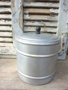 """קופסה של חברת אלומה,עשויה פח וידית שחורה מפלסטיק מצב מעולה! היקף: 16 ס""""מ גובה: 16 ס""""מ"""