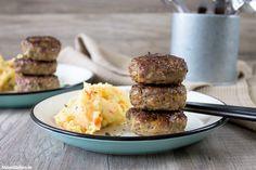 Rezept für saftige und sehr leckere Frikadellen, die mit einem Kartoffel-Möhren-Stampf serviert werden. Klassische Hausmannskost.
