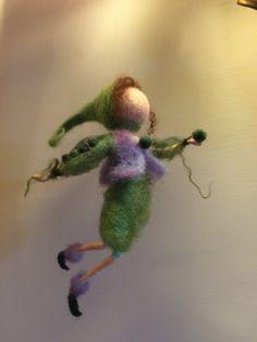 Erstellen diese wenig Magie Elf, ich gebe ihnen meine Liebe und Freude, und einmal mein Sohn fragte mich: vielleicht sie nachts beleben? Dieser Zwerg ist einer meiner Favoriten, ich weiß nicht warum... Dies ist die grüne Erbse in lila Weste als seine Blume. Höhe beträgt 14 cm.