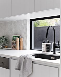 Penny Rounds Kitchen Splashback - Home decor - If you& fallen in love with a mosaic tile, but alarm bells are ringing at the thought of scr - Round Kitchen, Kitchen On A Budget, Kitchen Ideas, Kitchen Layout, Kitchen Inspiration, Kitchen Designs, Kitchen Hacks, Classic Kitchen, Minimal Kitchen