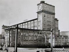 KLOKGEBOUW: 1928 bevatte eens de Philipsfabriek. Hier werd bakeliet vervaardigd. Het is zo genoemd naar de enorme klokken. Feitelijk fungeerde het als watertoren en maskeerden de klokken het bassin. Markant aan het gebouw was ook het draaiende Philips-embleem. Dit alles was vanuit de aankomende treinen te bewonderen. De gebouwen uit die tijd, 1927-1930, zijn rijksmonument.