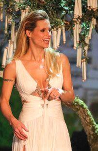 Un abito bianco da favola con super scollatura griffato Roberto Cavalli per Michelle Hunziker nella trasmissione televisiva 'Wetten, dass..http://www.sfilate.it/214178/wetten-dass-un-abito-da-favola-di-cavalli-per-michelle-hunziker