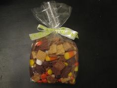 kids fall snack mix- it's my week to provide a snack for Girl Scouts! What do U think? Fall Snack Mixes, Fall Snacks, Cute Snacks, Halloween Snacks, Fall Treats, Holiday Treats, Holiday Fun, Fall Recipes, Holiday Recipes