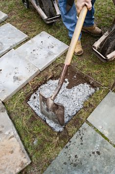 A pathway made of stone pavers is a great way to save your lawn from being trampled and compacted by foot traffic Backyard Walkway, Garden Pavers, Backyard Patio Designs, Front Yard Landscaping, Stepping Stone Pathway, Flagstone Path, Concrete Stepping Stones, Stone Paths, Small Gardens