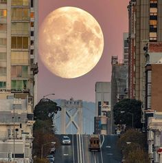 @tonlycheng captured the Supermoon rising over California Street in San Francisco. Photo: @tonlycheng / Instagram