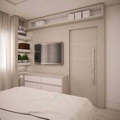 Painel de TV para quarto de casal com nichos, prateleiras e porta de correr Uma excelente ideia para quem tem pouco espaço no local #quartomeunovoapê Projeto Dani Rabello