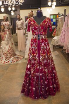 This marsala jacket lehenga with floral detailing from Varun Bahl's collection, 'Song of The Flower' is an ode to the Egyptian, Mughal and European royalties. Pakistani Lehenga, Anarkali Lehenga, Anarkali Suits, Pakistani Dresses, Indian Dresses, Indian Outfits, Jacket Lehenga, Sikh Wedding Dress, Indian Wedding Wear