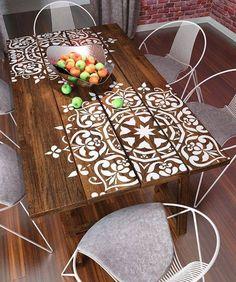 Très jolie table avec un beau pochoir