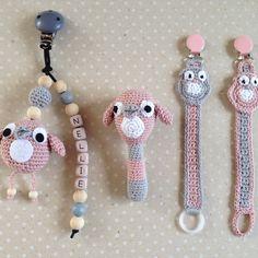 Crochet Bib, Crochet Baby Toys, Freeform Crochet, Crochet For Kids, Crochet Pacifier Holder, Baby Patterns, Crochet Patterns, Newborn Toys, Dummy Clips