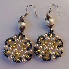 Náušnice - zlaté kytičky  Náušnice jsou vyrobeny z kvalitní Jablonecké bižutérie. Náušnice jsou s afroháčky + gumová zarážka proti vypadnutí z ucha. http://btlr.me/10AVN3q