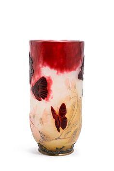 """DAUM Frères """"Papillons et Araignées"""" Exceptionnel vase en verre multicouche, de forme ovalisée, à large ouverture. Six papillons et deux araignées, dont une tissant sa toile, de couleur rouge-pourpre,… - Millon - 16/11/2016"""