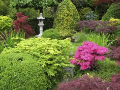 Statuary draws eye to the lime green and pink!
