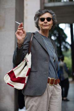 Прекрасный пример, как в зрелом возрасте выглядеть актуально, не пытаясь остаться вечно юной девочкой – итальянская журналистка и писательница Рената Молхо.