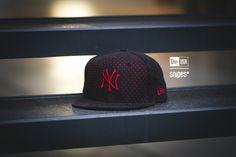 Sportswear-erprobte Materialien sorgen für den einzigartigen Look der Suede Perf MLB New York Yankees Fitted-Cap. Auf dieser Cap kombiniert New Era eine rote Basis mit einem schwarzen Mesh-Überzug und einem Schirm in Wildleder-Optik - ein extravaganter Mix! Artikelnr.: 7000053 Preis: 37,99 Euro #snipes #snipesknows #newera #cap #fittedcap #newyorkyankees