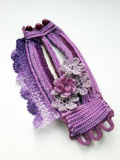 Brazalete pulsera de cuentas de ganchillo. Joyas de por SESIMTAKI Yarn Bracelets, Crochet Beaded Bracelets, Crochet Bracelet, Freeform Crochet, Bead Crochet, Crochet Geek, Crochet Gloves, Crochet Slippers, Unique Crochet